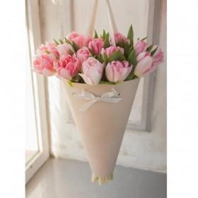 Букет нежных тюльпанов в конусе