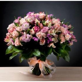 Большой букет цветов из кустовой розы и лизиантусов №103