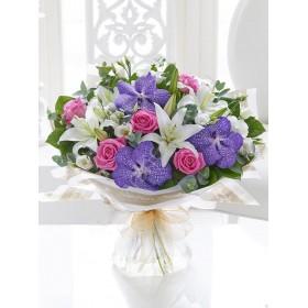 Букет с фиолетовыми  орхидеями Ванда, розами и лилией