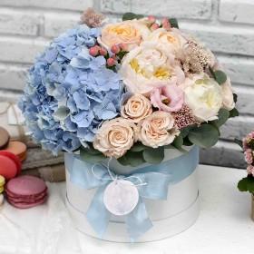 Коробка с гортензией, пионами и розой