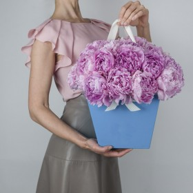 Коробка с 19 розовыми пионами