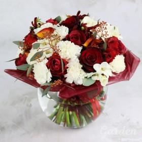 Букет с розами и фрезией Кардинал