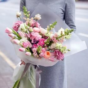Букет с тюльпанами и эустомой Белый парус