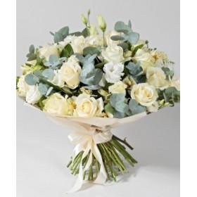 Букет белых роз и лизиантусов с эвкалиптом