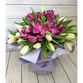 Букет из белых тюльпанов и альстромерии Кристалл
