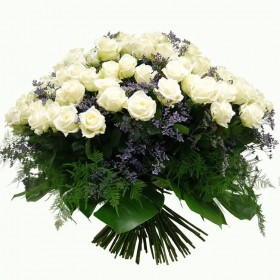 Пышный букет белых роз с лимониумом