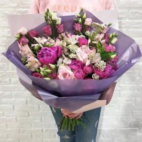Букет  из пионовидной розы с эустомой и пионами