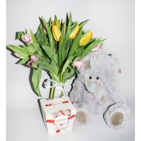 Тюльпаны с конфетами и мягкой игрушкой