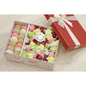 Коробка с цветами и пирожными макарон №24