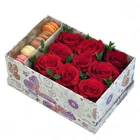 Коробка с цветами и пирожными макарон №25
