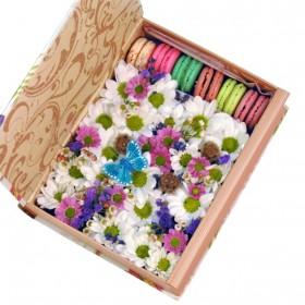Коробка с цветами и пирожными макарон №26