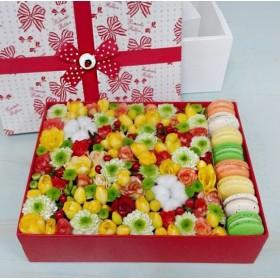 Коробка с цветами и пирожными макарон №29