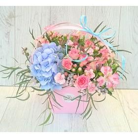 Нежный букет в коробке с гортензией и розами