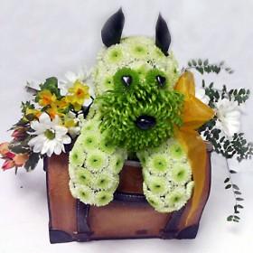 Игрушка из цветов Пёсик в корзинке
