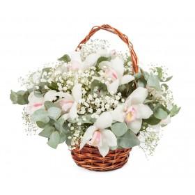 Корзина цветов с белыми орхидеми и эвкалиптом