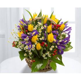 Корзина цветов с тюльпанами, ирисами и ромашками