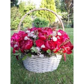 Корзина с пионами, розами и гортензией