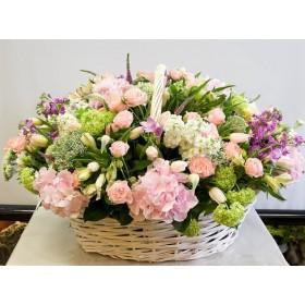 Корзина с розами, гортензией  и матиолой