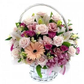 Нежная корзина цветов с розами и эустомой №370