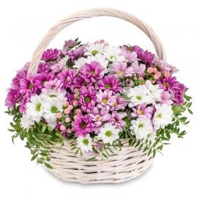 Корзина с розовыми и белыми ромашками