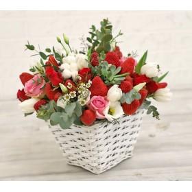 Корзиночка с клубникой, розами и эутомой