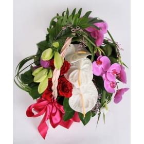 Корзина с фаленопсисами и розами №322