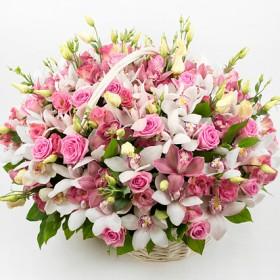 Корзина цветов c розами и орхидеями