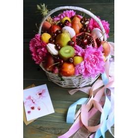 Корзина с пионами, черешней и фруктами Летнее настроение