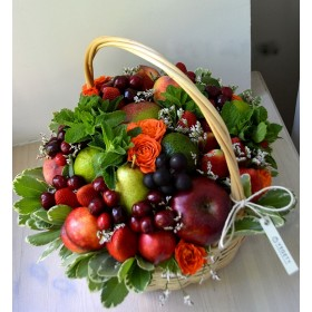 Корзина с фруктами и ягодами Анабэль