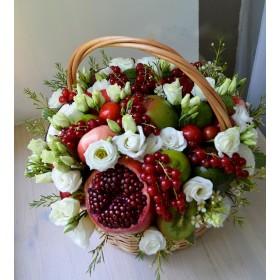 Корзина с белой эустомой, фруктами и ягодами