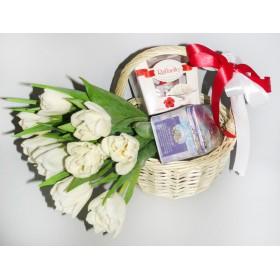 Букет тюльпанов с подарками Рафаэль